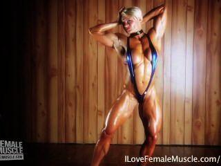 erstaunliche Muskel Mädchen Brigita Brezovac ihre ultimative Hardbody- beugen