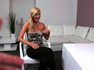 blonde Amateur Muschi vibed im Büro