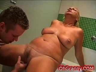 warmes Bad Zeit mit sexy Oma