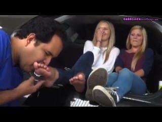 Anbetung 2 junge Blondinen Füße auf dem Auto