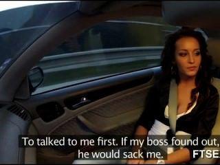 Brunette Babe fickt in einem Taxi