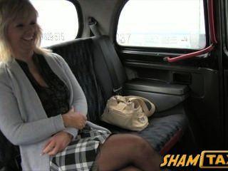 Blonde MILF geht für eine Fahrt mit dem Taxi, aber sie lohnt sich, mit ihrem Mund und Pussy!