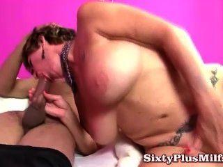 Oma big Tit Tatoo und einen kahlen Pussy