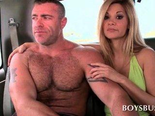 muskulösen Kerl den Jungen Sex-Bus für einen guten Fick Reit