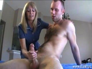 reife blonde Dame Buchsen einen nackten Kerl aus