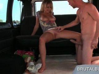 blonde sexy Amateur-Mädchen Reiten riesigen Penis in der Sex-Bus
