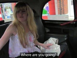 Haarige Muschi Blondine im Taxi gefickt