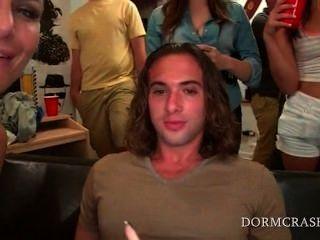 College-Jungs Schwänze in einer Reihe von sexy Pornostars geblasen