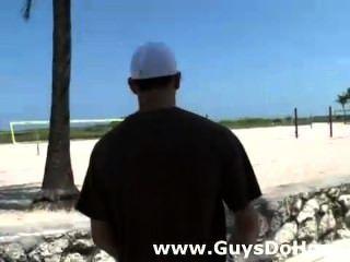weiße Jungs heiße schwarze Schläger auf dem Motorrad Check-out