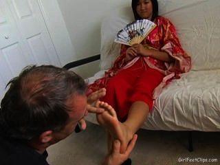anbeten asiatische Mädchen kleine Füße