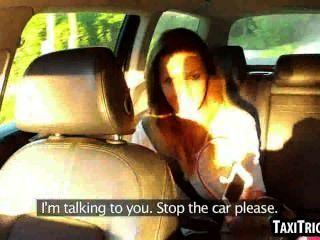 lecker Brünette Füchsin in einem Taxi Saugen Hahn