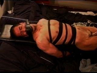 extreme Vakuum cbt auf Leder Pump gebunden und Muskel Kerl zurückgehalten.