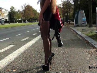 julie skyhigh belgischen Nutte in extremen High Heels in den Wald in Handschellen