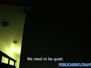 publicagent jessie wird in ihre feuchte Muschi auf Treppenhaus gefickt
