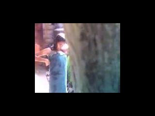 indisch jugendlich Baden im Freien