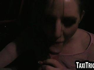 Brünette Punk-Rock-Babe saugt Hahn und wird gefickt