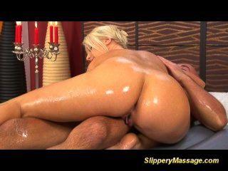 blonde Schönheit rutschig Massage und harte Pussy gefickt