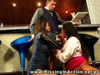 Barmann pisst auf zwei Mädchen