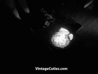 vollbusige haarige Mädchen tanzt im Dunkeln nackt