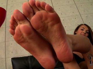 alexis brill ihren jungen Zehen und Fußsohlen zeigen