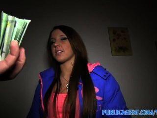 um etwas Geld, nette Brünette geht auf einen Quicky mit einem Fremden zu verdienen