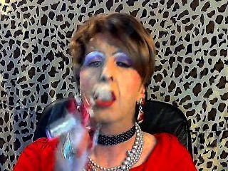 Sissy Schwuchtel raucht für seinen Herrn