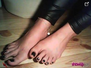 znamcieona zeigt ihre junge Füße in Socken Spitze und ohne sie