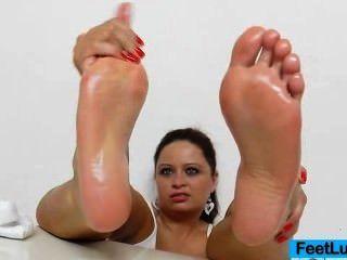 ehrfürchtige nackten Fuß Show einer saftigen Brünette Prinzessin