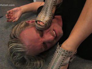Deutsch Mädchen sitzt auf ihrem Sklaven und dominiert ihn mit Füßen