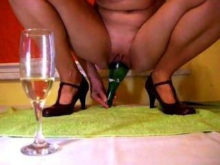 Champagner-Flasche im Inneren Muschi