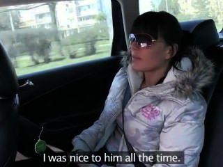 hot ass Brunette im Taxi gefickt