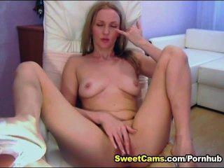 niedliche blonde Teen reibt sich ihre Klitoris, bis sie zum Orgasmus