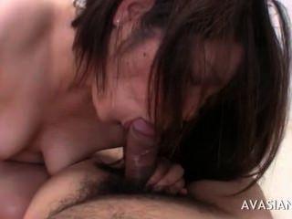 Asian Babe zeigt ihre Hahn saugen Fähigkeiten