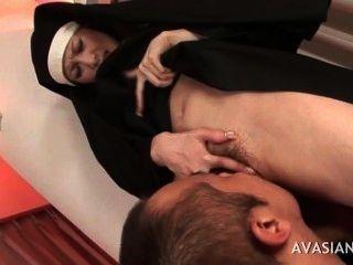 schöne asiatische Nonne bekommt ihre haarige Muschi lecken