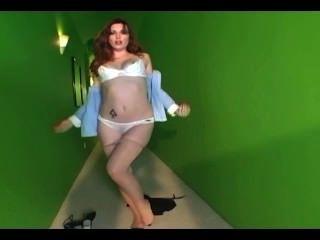 Glamour Babe aus ihrem Baumwoll-Slip und Nackt Strumpfhosen strippping