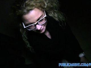 publicagent sexy Mädchen in Gläsern auf öffentliche Treppe in gefickt