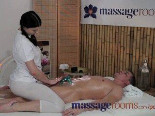 Massageräume junge Teenager mit massiven Titten genießt in ihrem fetten Schwanz
