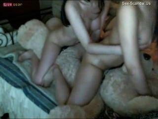 Zwei chinesische Mädchen Sex mit einem Teddybären mit