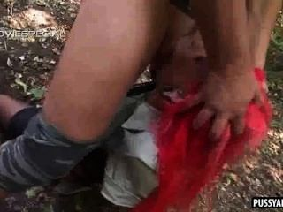 foxy Rotschopf Babe in den Wald auf einem harten Schwanz saugen