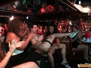 6 männliche Stripper und 100 geile Frauen
