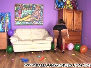 Latin Teen knallt Ballons in High Heels