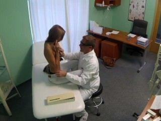 hot schlanke Brünette gefickt und leckte im Krankenhaus aus