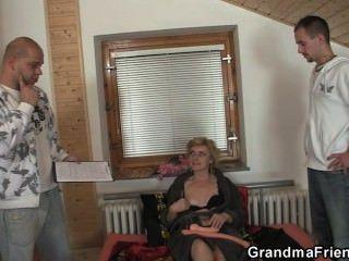 Sex-Spielzeug und zwei Hähne für freche Oma