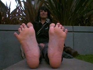 niedliche Mädchen mit heißem stinkende Füße frisch aus der Stiefel