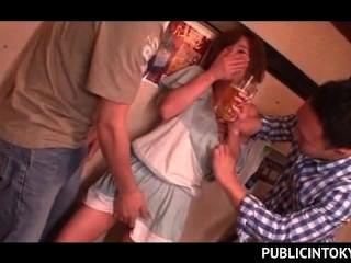 Sex Verlangen jap Hottie ihre haarige Muff für ein 3some ficken blinkt