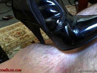 riley in schwarzen Stiefeln Pussy Anbetung und Esel essen