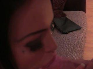 vollbusige tätowiert britische Babe gefickt auf Casting