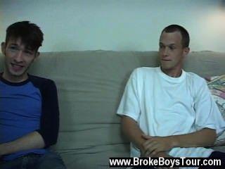 Homosexuell xxx beiden Jungs ihre T-Shirts auszog und es war klar, dass weder