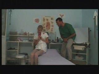 junge europäische Krankenschwester masturbiert und Ficken bei der Arbeit