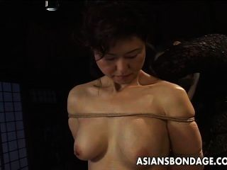 Asian Babe in Bondage Szene